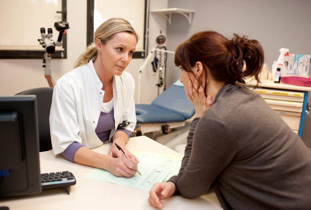 Посещение гинеколога при первых симптомах кисты